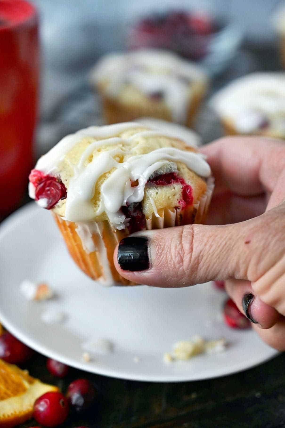 Muffin fiind ținut într-o mână.